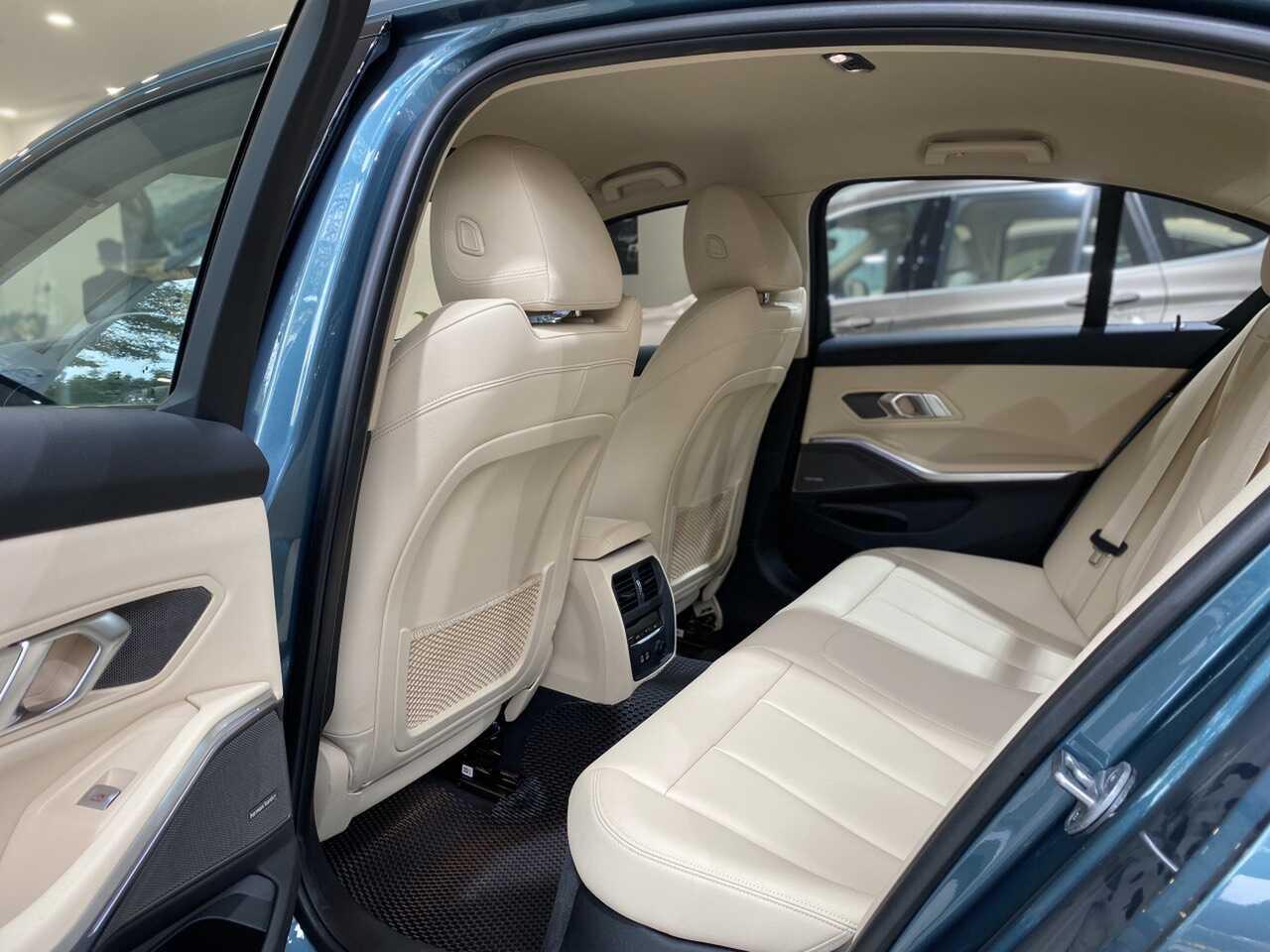 Hàng ghế sau rộng dãi trên BMW 320i Sport Line Plus.