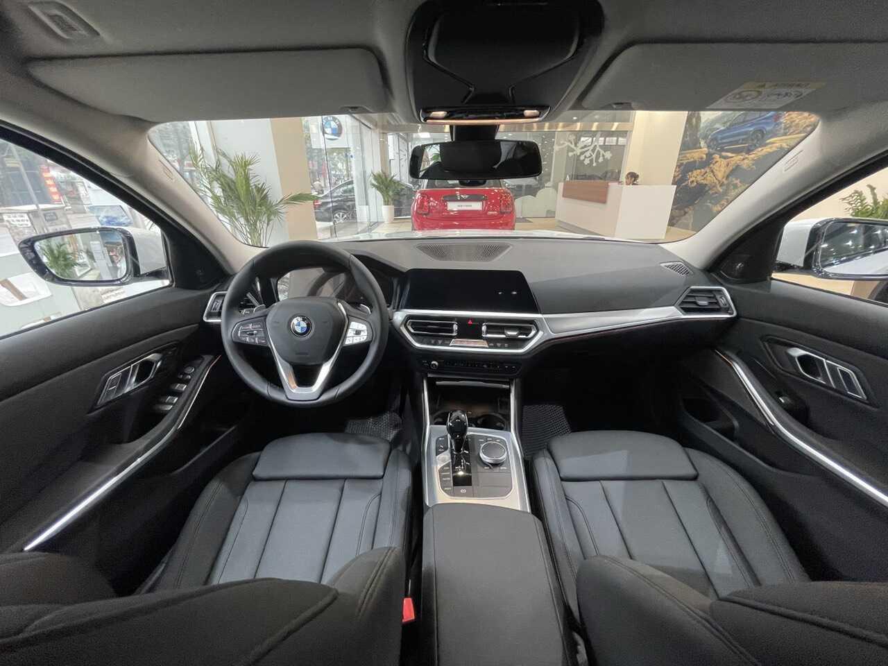 Không gian nội thất BMW 320i Sport Line Plus.