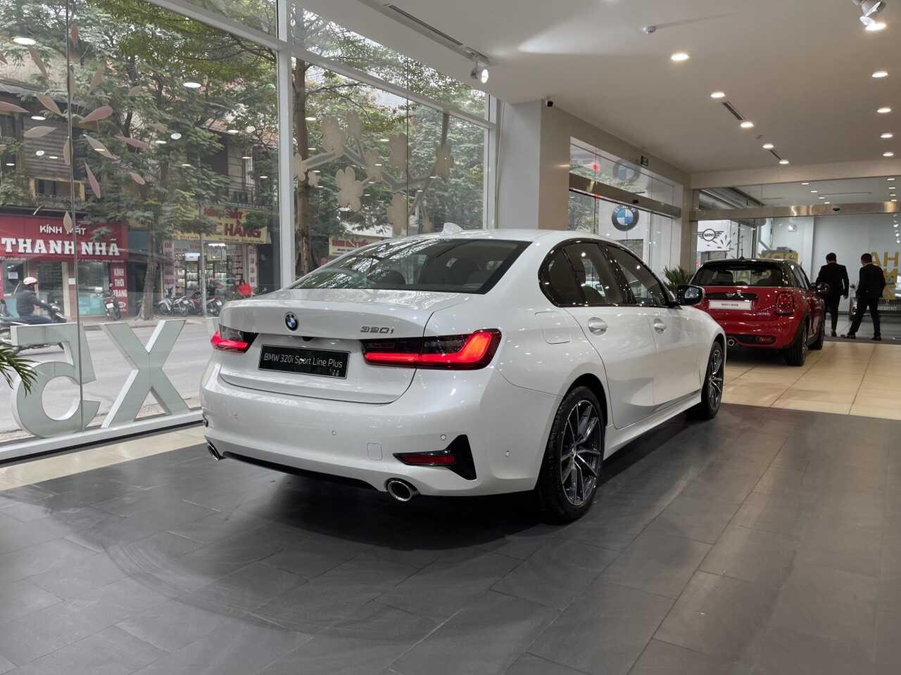 Phần sườn và đuôi xe BMW 320i Sport Line Plus.