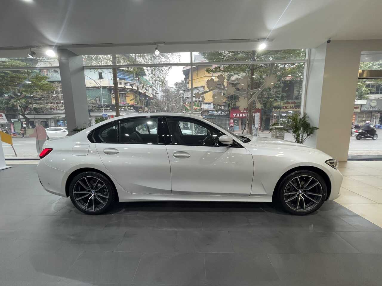 Phần thân xe BMW 320i Sport Line Plus