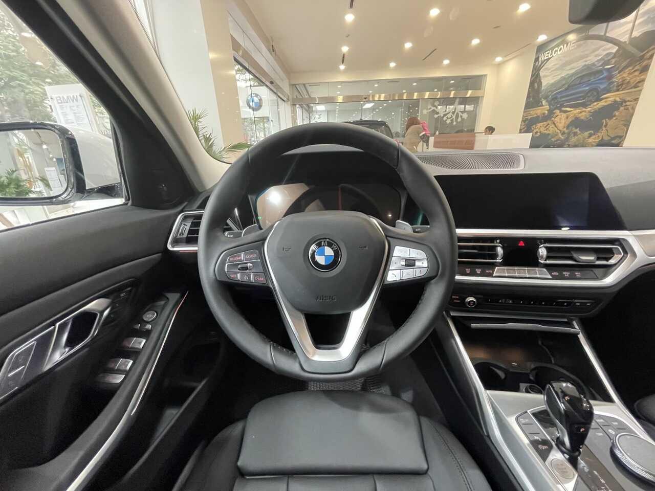 Vô lăng và bảng điều kiển trên BMW 320i Plus.