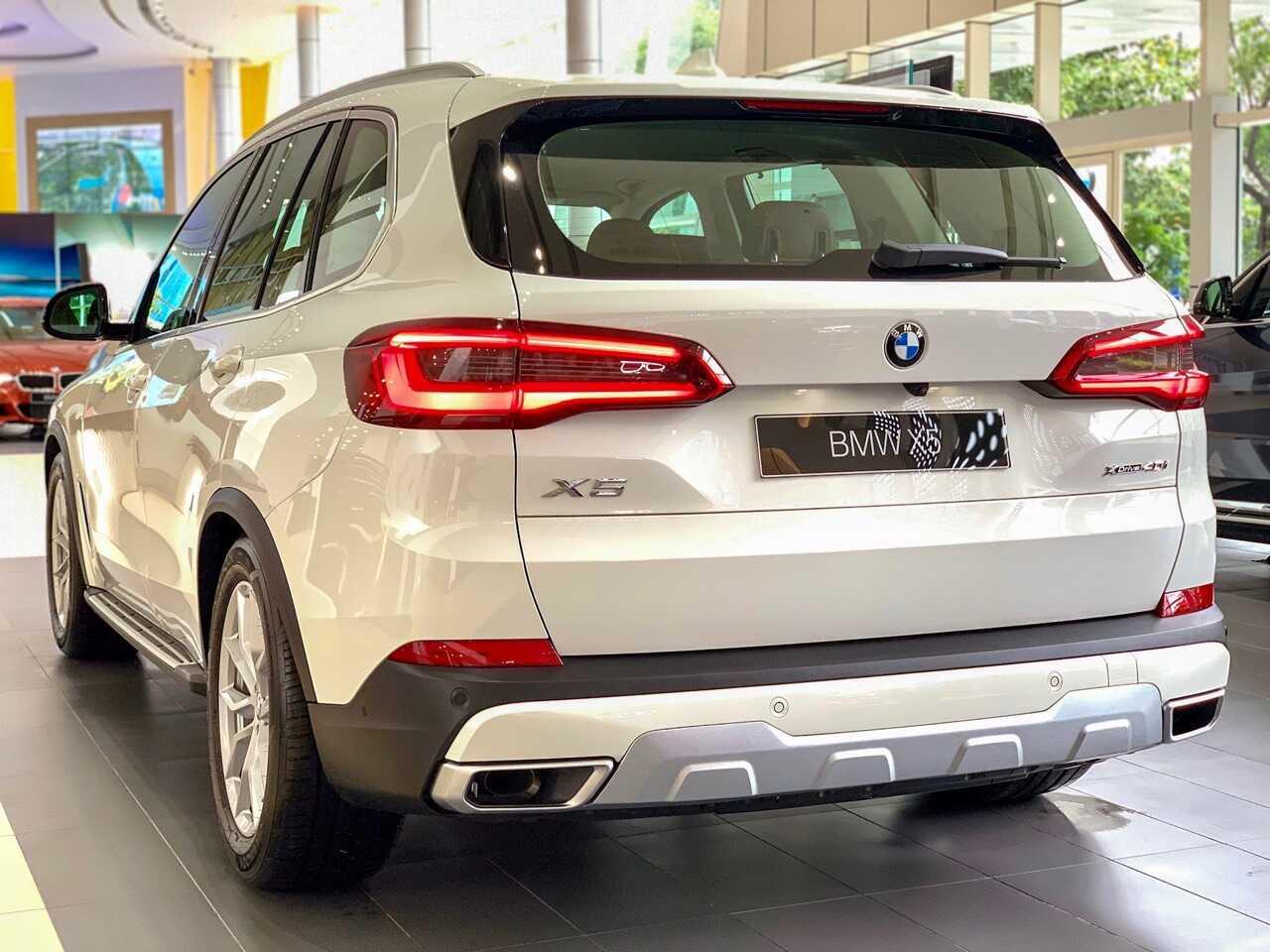 Phần đuôi xe BMW X5 xDrive40i xLine.