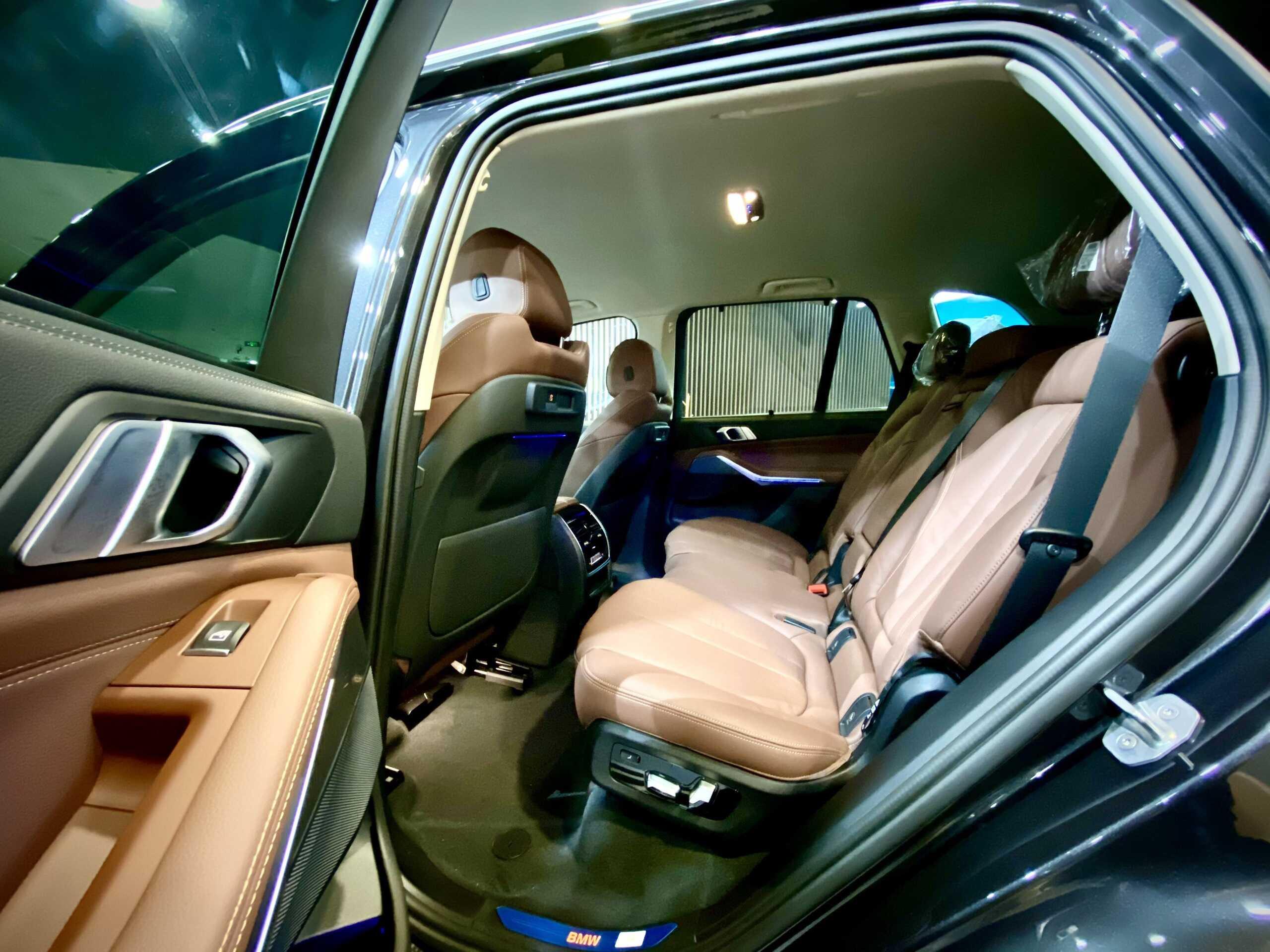 Hàng ghế thứ 2 trên BMW X5 xLine.