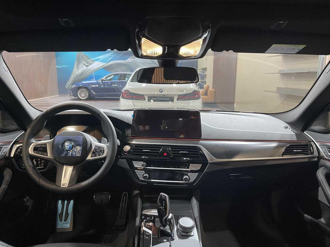 Không gian nội thất bên trong BMW 530i 2021.