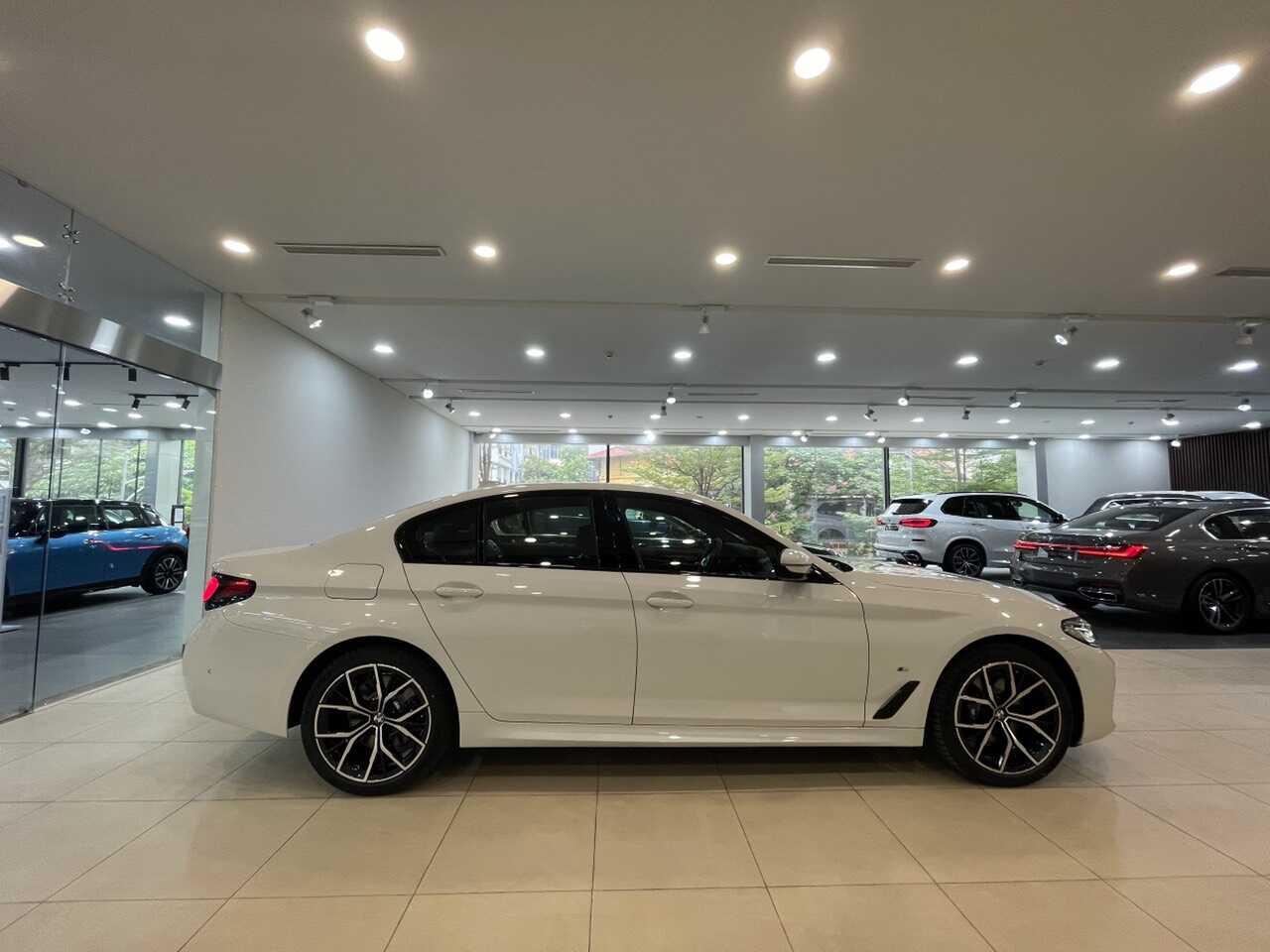 Phần thân xe BMW 530i 2021