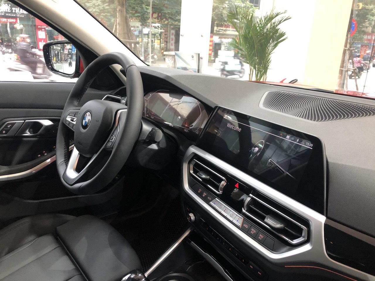 Vô lăng trên BMW 320i Sport Line Plus.