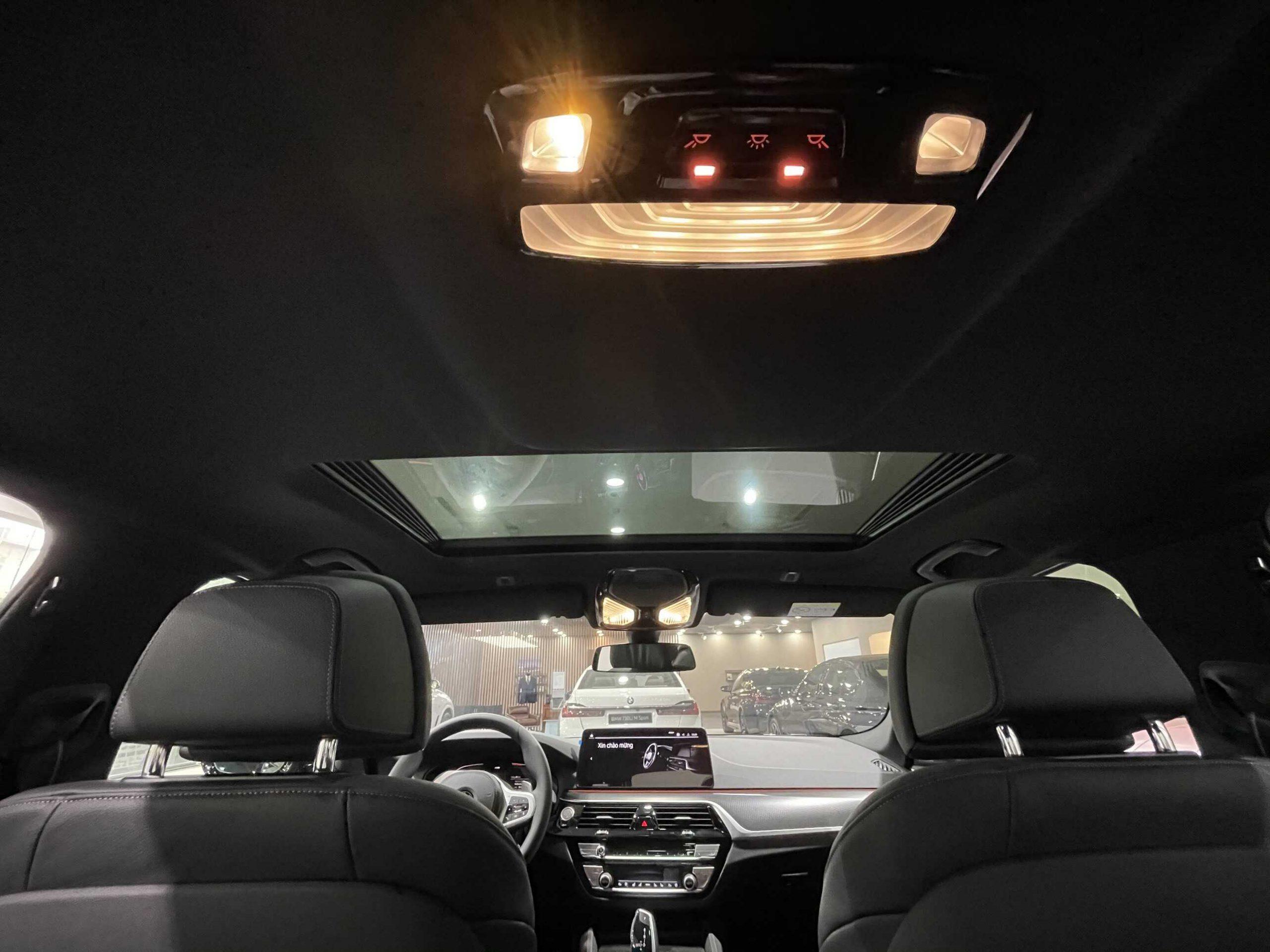 Không gián bên trong xe và cửa sổ trời BMW 530i 2021.