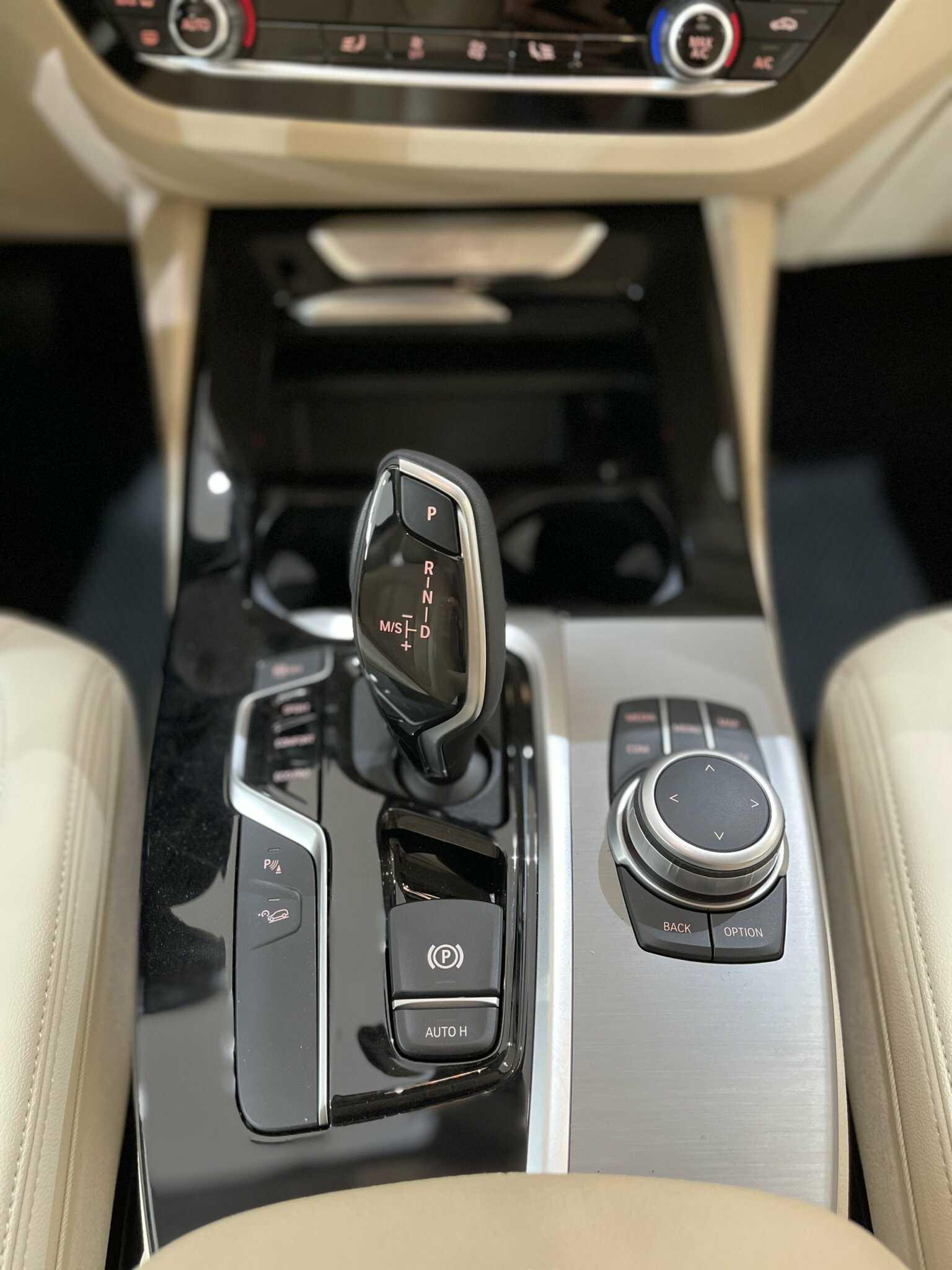 Bảng điều kiển cùng cần số trên BMW X3 xDrive